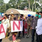 Aksi warga kawasan Labi-labi Kecamatan Alang-alang lebar di depan kantor Gubernur Sumsel