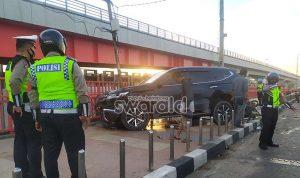 Mobil Pajero Sport Hantam Pembatas Jalan Jembatan Ampera