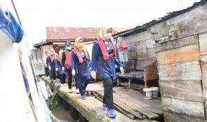Susuri Sungai Musi, Feby Deru BagikanPaket Sembako