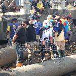 Tumpukan Sampah Cemari Sungai Musi
