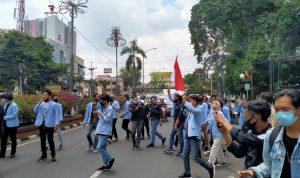 Mahasiswa UIN RF Blokade Jalan Jendral Sudirman untuk Batalkan UU Omnibuslaw Cipta Kerja