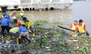 Hampir Ratusan Relawan Terjun Bersihkan Aliran Sungai Musi