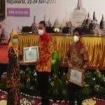 Adinkes Beri Penghargaan Program Dokter Masuk Desa Kabupaten Banyuasin