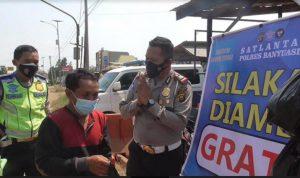 Drive Thru Sembako Gratis ; Satlantas Polres Banyuasin Bantu Warga