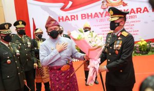 Kenakan Pakaian Adat, Herman Deru Hadiri Puncak HUT Bhayangkara ke 75