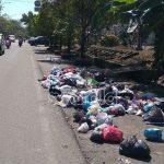 Bau Menyengat! Sampah Berserak di Pinggir Jalanan Kota